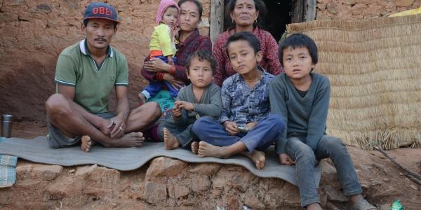 Famiglia nepalese: ricostruzione dopo terremoto 2015