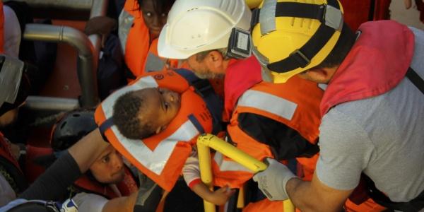 Salvataggio bambino durante operazione di ricerca e soccorso nel Mediterraneo