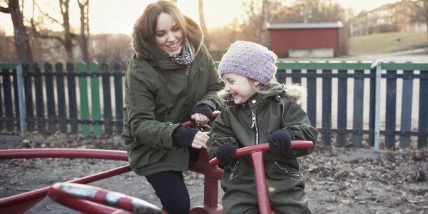 Mamma gioca al parco con la figlia