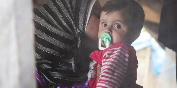 Bambina siriana con la mamma
