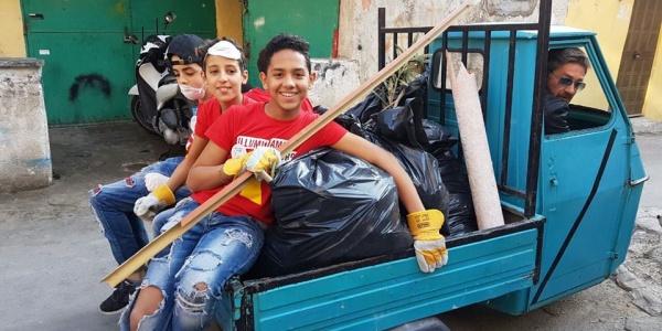 un gruppo di ragazzi si SottoSopra durante la giornata di pulizia e riqualificazione