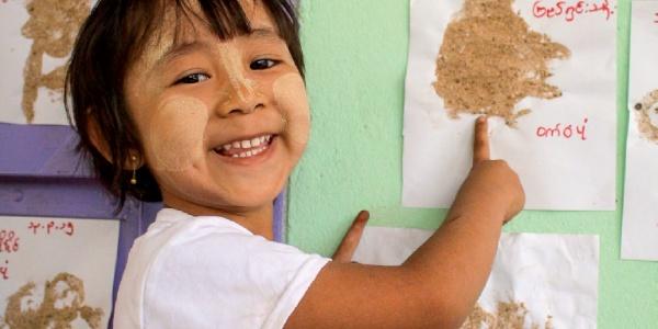 Myanmar Bambina Sostegno a Distanza